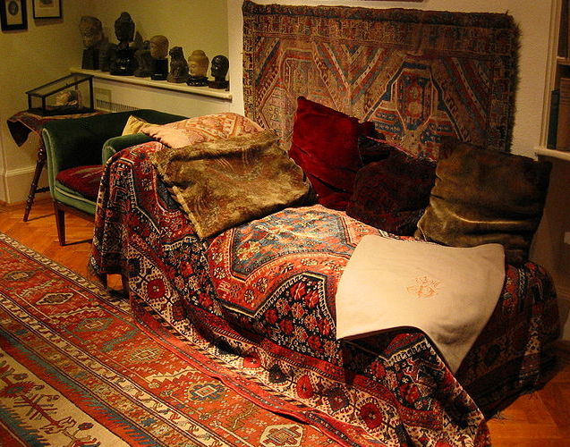 Freud's_couch,_London,_2004_(2)